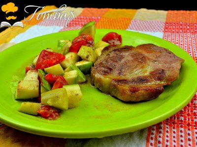 Свински пържоли на фурна с тиквички и домати