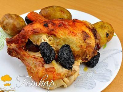 Пиле със зеленчуци и сини сливи в гювече