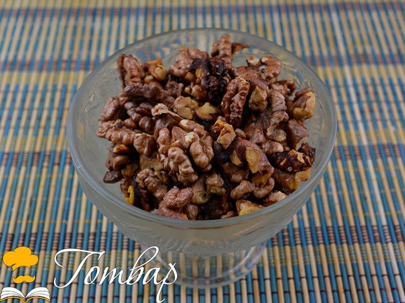 Печени орехови ядки със сол и зехтин