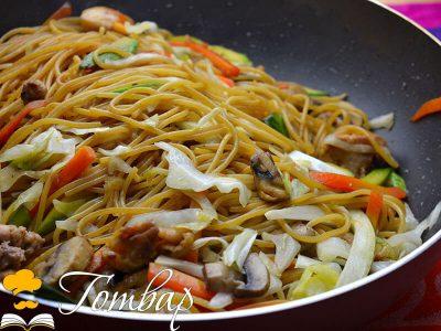 Китайски спагети със зеленчуци и пилешко