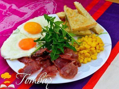 Яйца на очи с бекон, царевица и печени филийки
