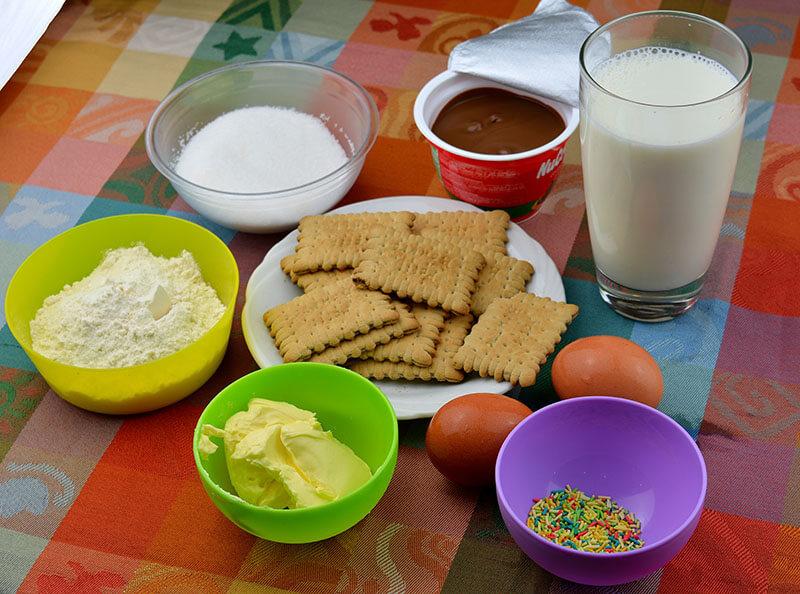 Бисквитена торта с млечен крем и течен шоколад